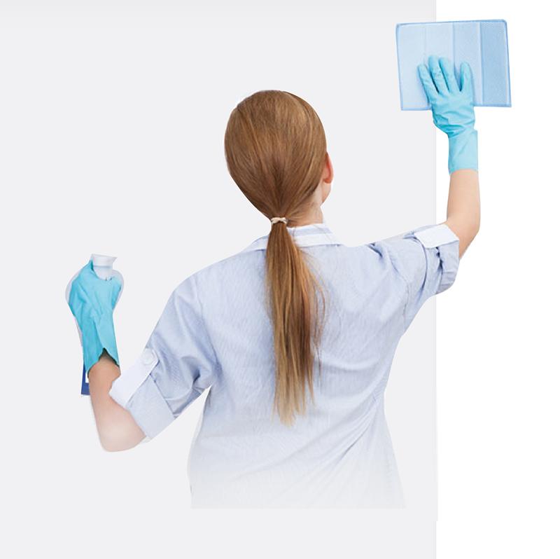 joven limpiando prolimp Somos Fabricantes de Limpiadores Químicos